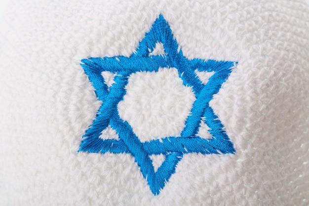 Jüdischer hut mit israelischem davidstern.