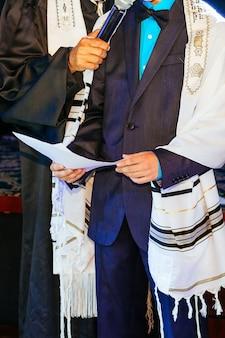 Jüdischer mann in ritueller kleidung