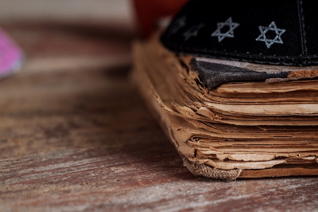 Jüdischer traditionsreligions-feierfeiertag orthodoxer jude betet am gebetbuch