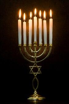 Jüdisches chanukka-menorah auf schwarzem