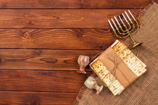 Jüdisches feiertag passahfest-fahnendesign mit wein, matzo auf hölzernem.
