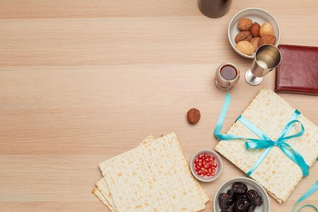 Jüdisches feiertag passahfest mit wein, matzo auf hölzernem hintergrund
