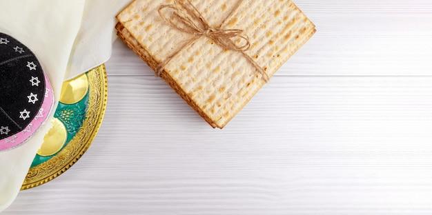 Jüdisches feiertagsbrot des passahfestmatzoh über holztisch.
