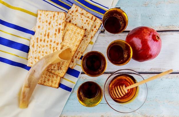 Jüdisches feiertagsmatzoh passahfestbrot torah