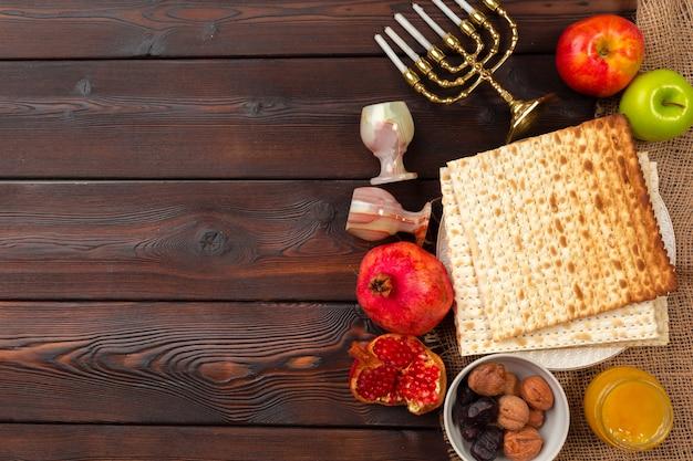 Jüdisches feiertagspessach mit wein, matzo auf hölzernem.