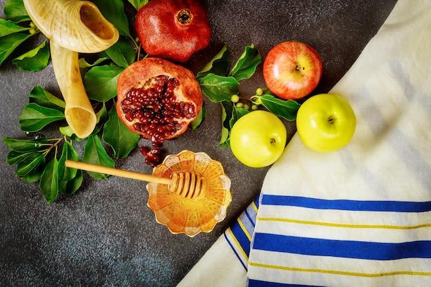 Jüdisches gebetstalit mit traditionellem essen und horn für rosh hashanah.