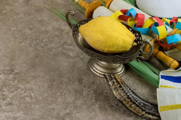 Jüdisches herbstfest der sukkot-feier traditionelle symbole etrog, lulav, hadas, arava