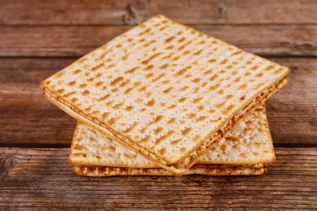 Jüdisches matzebrot auf hölzernem hintergrund. pessachferienkonzept
