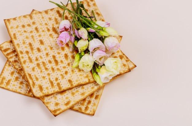 Jüdisches matzebrot mit blumen auf weißer oberfläche