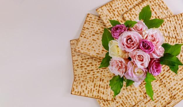 Jüdisches matzebrot mit rosen