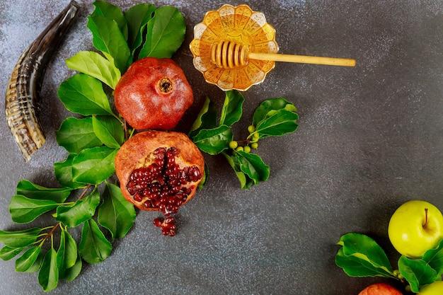 Jüdisches neujahrskonzept. granatapfel mit honig und äpfeln. draufsicht.