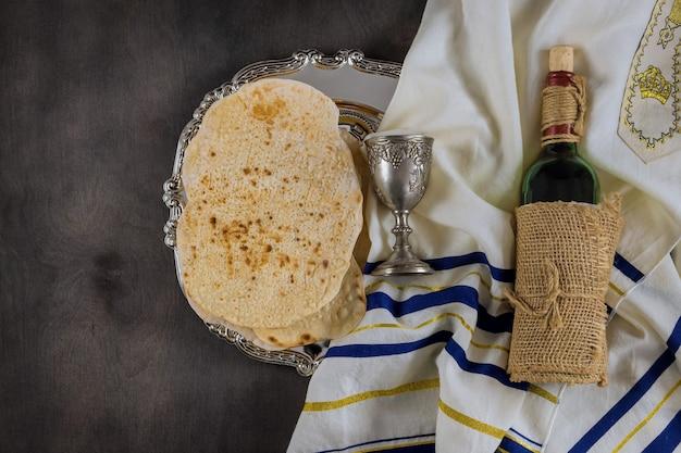 Jüdisches passah schreibt in der komposition eine tasse voll wein und pessachmatzah zu