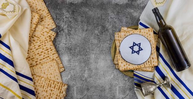 Jüdisches passahfest mit tasse wein koscher matzah am traditionellen feiertag zubereitet