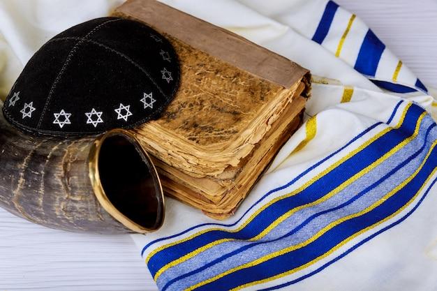 Jüdisches religiöses symbol gebetsschal tallit und shofar horn