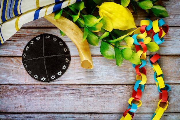 Jüdisches ritualfest von sukkot im jüdischen religiösen symbol arava tallit gebetbuch kippah und schofar