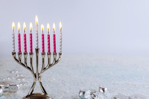 Jüdisches symbol chanukka-hintergrund mit menora und dreidel. tradition jüdischer feiertag.