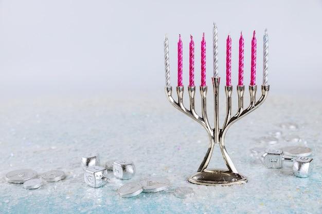 Jüdisches symbol chanukka oberfläche mit menora und dreidel. tradition jüdischer feiertag.