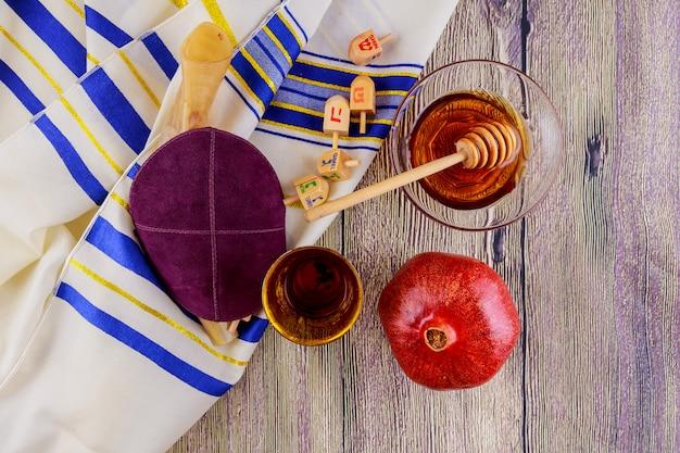 Jüdisches symbol rosh hashanah feiertag matzoh passahfestbrot torah