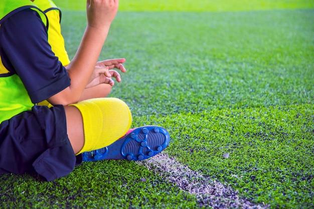 Jugendfußball-übungsbohrungen mit zapfen. fußball-übungen: slalom-übung.