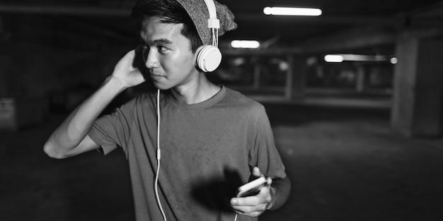 Jugendlich-art-hörendes musik-kopfhörer-straßen-konzept