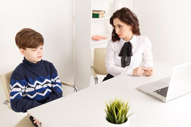 Jugendlich junge, der mit seinem therapeuten spricht. sozialarbeiter und patient.