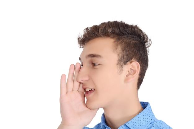 Jugendlich junge des porträts, der mit weit geöffnetem mund schreit