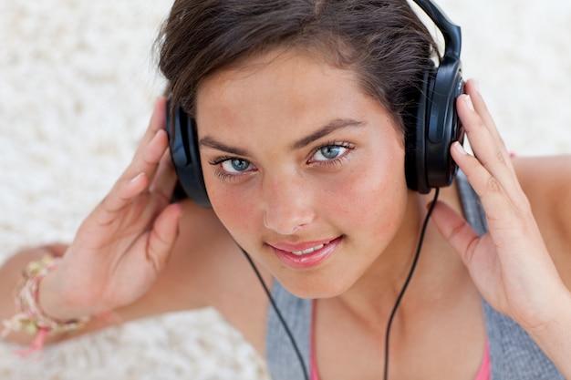 Jugendlich mädchen, das musik hört