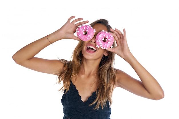 Jugendlich mädchen, das schaumgummiringbrillen auf ihren augen hält