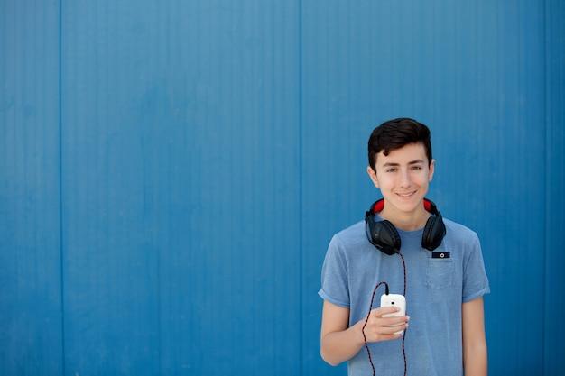 Jugendlich musik mit kopfhörern hörend