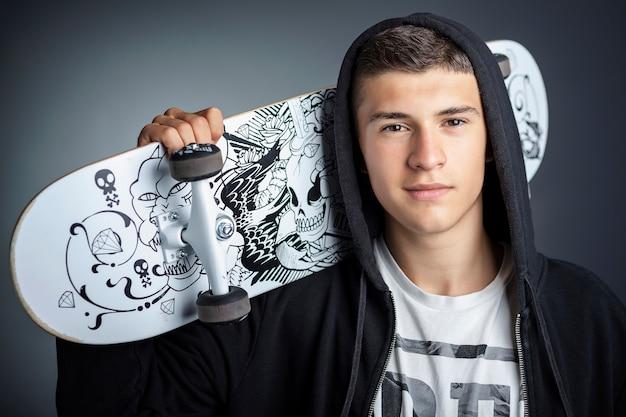 Jugendlich skateboardjunge