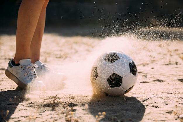 Jugendlich student, der fußball spielt