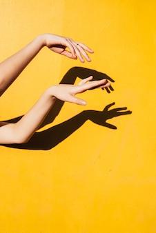 Jugendlich tanzen des sommermädchens unter direktem sonnenlicht minimale happines