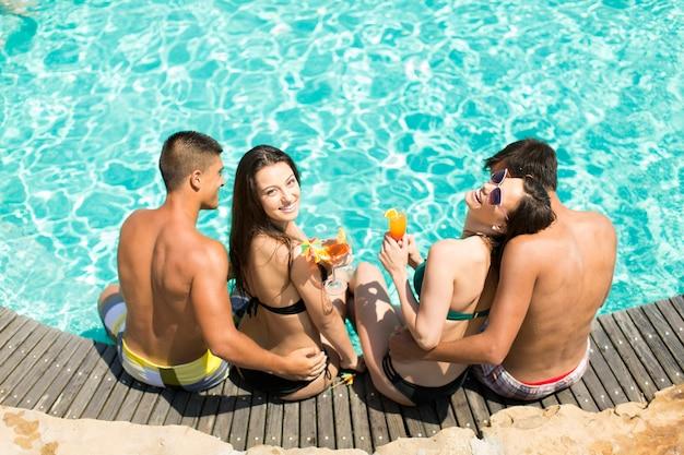 Jugendliche am pool