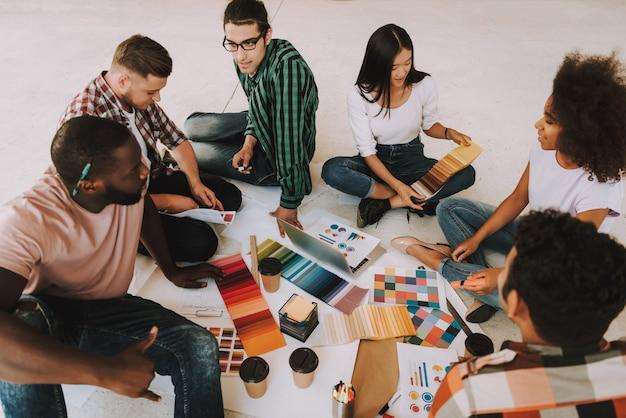 Jugendliche arbeiten mit farbpaletten