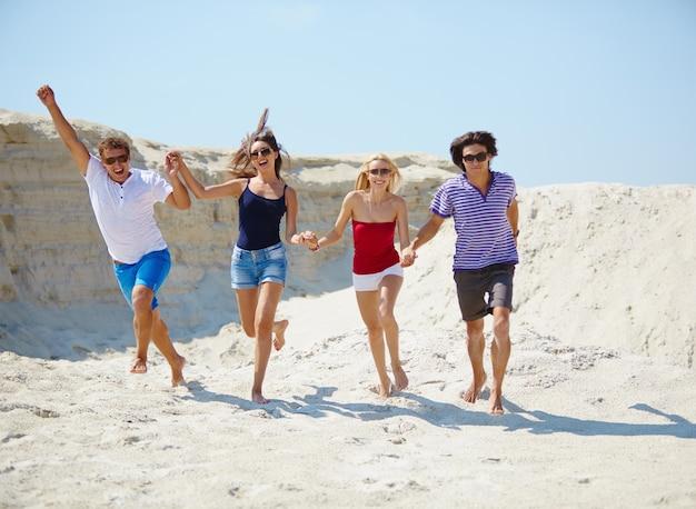 Jugendliche auf dem strand zu lachen