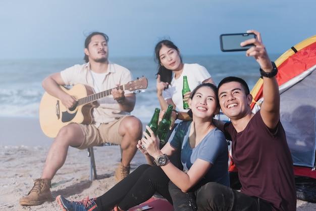 Jugendliche auf einem campingplatz machen ein selfie mit einem smartphone