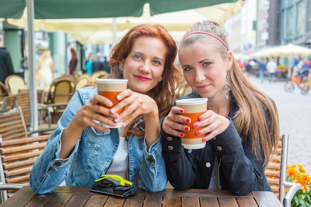 Jugendliche, die an der bar trinken