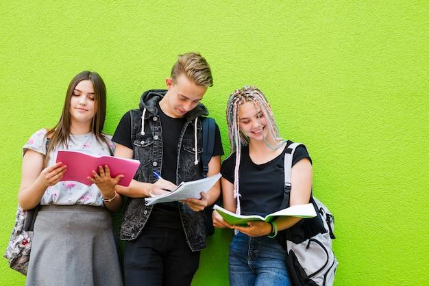 Jugendliche, die das studium genießen