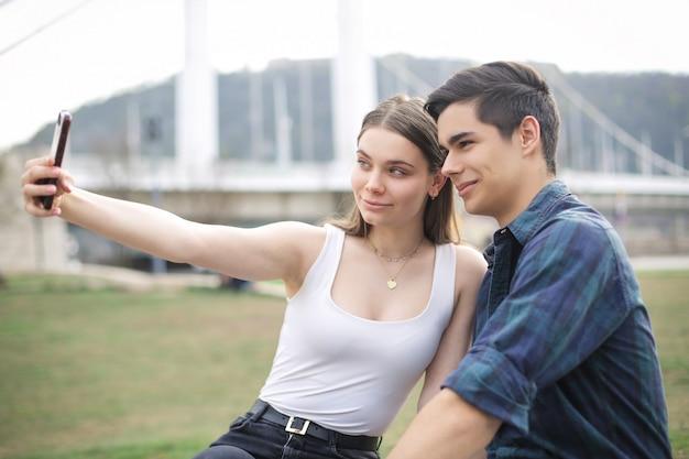 Jugendliche, die ein selfie machen