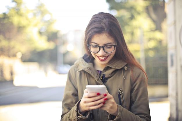Jugendliche, die ihr telefon überprüft