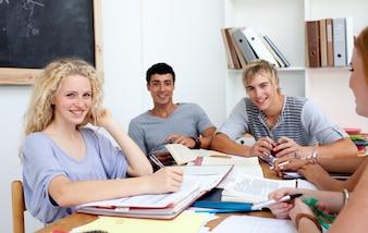 Jugendliche, die in der Bibliothek studieren