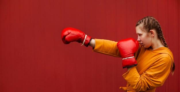 Jugendliche, die mit boxhandschuhen aufwerfen