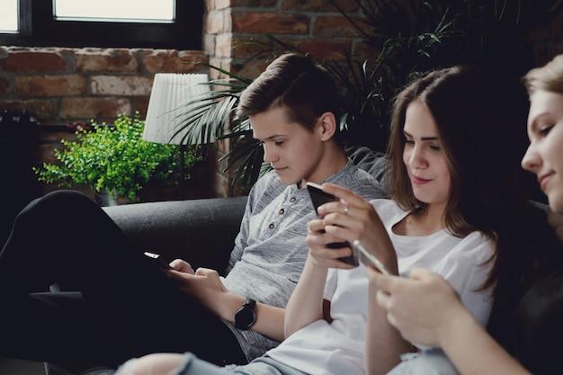 Jugendliche, die mobiltelefone verwenden, die mobiltelefone verwenden