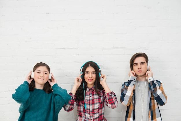 Jugendliche, die musik hören