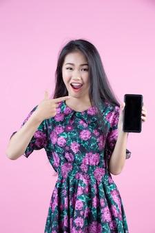 Jugendliche, die telefon- und gesichtsgefühle zeigt