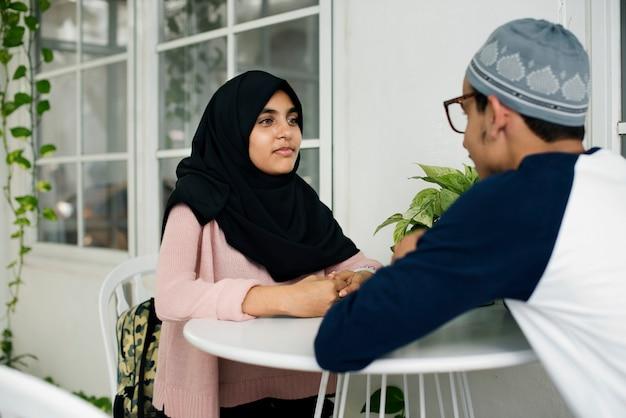 Jugendliche, die zusammen sprechen