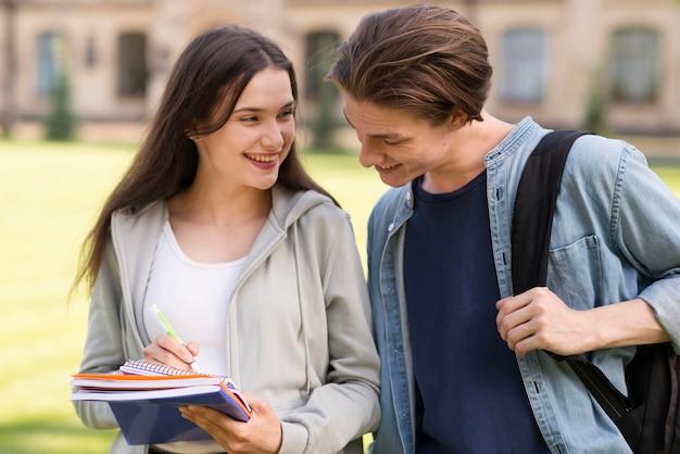 Jugendliche freuen sich, wieder an der universität zu sein