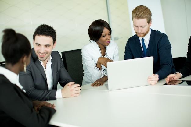 Jugendliche im büro