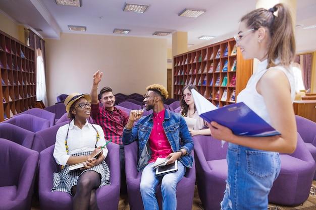 Jugendliche in der bibliothek mit treffen
