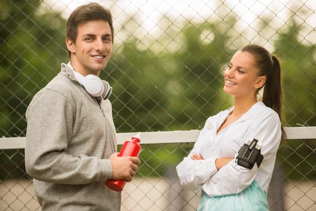Jugendliche in sportbekleidung entspannen sich.